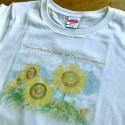 「津南のひまわり畑Tシャツ」色鉛筆の風合いそのままなナチュラルテイスト(白)レディースM  2,686円(税抜)